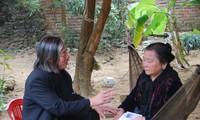 Bà Phạm Thị Nhu, vợ thi sĩ Hữu Loan (ngồi võng)