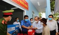 Sáng 2/5, Phó Thủ tướng Thường trực Chính phủ Trương Hòa Bình đã đến thăm điểm phát gạo miễn phí cho người lao động nghèo tại Khu Công nghiệp Thuận Đạo, huyện Bến Lức, tỉnh Long An