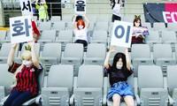 Những cô búp bê đặt trên khán đài sân bóng của CLB FC Seoul gây ra nhiều ý kiến trái chiều