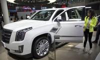 Mỹ đang cân nhắc các biện pháp khuyến khích doanh nghiệp Mỹ rút sản xuất ra khỏi Trung Quốc. Trong ảnh: Khách hàng Trung Quốc đang ngắm một chiếc ô tô hiệu Cadillac của Mỹ tại hội chợ ở Bắc Kinh hồi năm 2018 ảnh: NPR