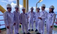 Anh Lê Quốc Phong, Bí thư thứ nhất T.Ư Đoàn (thứ 2, từ phải sang) thăm, động viên cán bộ, ĐVTN làm việc trên Giàn khoan CTC1-WHP mỏ Cá Tầm Ảnh: NVCC