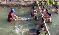 Thầy giáo Nguyễn Viết Tước dạy bơi miễn phí cho học sinh