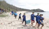 Các chiến sĩ tình nguyện thu gom rác thải tại đảo Phú Quý Ảnh: NVCC