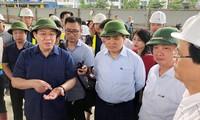 Bí thư Thành ủy Hà Nội Vương Đình Huệ và Chủ tịch UBND TP Hà Nội Nguyễn Đức Chung kiểm tra hiện trường dự án