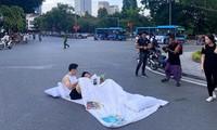 Cảnh tác nghiệp và trình diễn bên Hồ Gươm chiều 16/9 khiến nhiều người nhìn xa tưởng tai nạn giao thông Ảnh: Hải lê cao