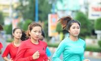 Vận động viên Nguyễn Thị Oanh (hàng trước, bên trái) rèn luyện để tranh tài trên đường chạy báo Tiền Phong