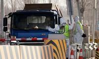 Cảnh sát dừng một chiếc ô tô đi từ tỉnh Hà Bắc tại một trạm kiểm soát ở ngoại ô Bắc Kinh, sau khi dịch bệnh COVID-19 tái bùng phát