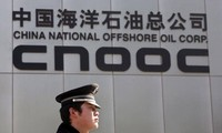 Một cảnh sát đứng trước trụ sở CNOOC ở Bắc Kinh