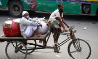 Nhiều người nghèo mất sinh kế vì tình trạng phong tỏa để hạn chế dịch bệnh Ảnh: EPA-EFE