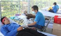 Anh Nguyễn Minh Tâm, Bí thư Thành đoàn TP Thủ Dầu Một, tham gia hiến máu Ảnh: NGÔ TÙNG