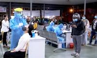 Lấy mẫu xét nghiệm cho người từ vùng dịch về TPHCM sáng 18/2