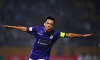 Khoác áo số 10 của CLB Hà Nội, đội trưởng Nguyễn Văn Quyết bền bỉ đi đến thành công ẢNH: Như Ý