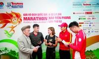Các VĐV điền kinh hàng đầu Việt Nam trò chuyện với lão tướng điền kinh Bùi Lương (bìa trái) trước buổi họp báo giới thiệu giải Tiền Phong Marathon 2021. Ảnh: Như Ý