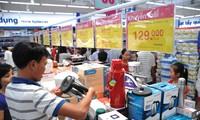 Đông đảo người tiêu dùng chọn mua sắm tại các hệ thống bán lẻ nội địa