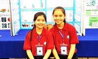 Ngân (bên phải) và Phương tại cuộc thi Sáng tạo thanh thiếu niên và nhi đồng toàn quốc năm 2018. Ảnh: K.A