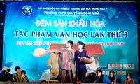 """Học sinh lớp 10 Trường THPT Chuyên Ngoại ngữ, ĐH Ngoại ngữ, ĐHQG Hà Nội đang diễn lại tác phẩm """"Vợ nhặt"""" của Kim Lân"""