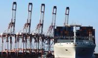 Hàng hóa xuất khẩu tại một cảng ở Thanh Đảo, Sơn Đông, Trung Quốc ảnh: Reuters