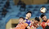 Văn Hậu (giữa) tranh bóng với 4 cầu thủ đối phương trong trận Hà Nội gặp SHB Đà Nẵng ảnh: VSI
