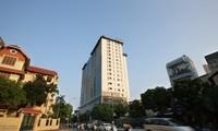 """Tòa nhà 8B Lê Trực tồn tại như một """"biểu tượng"""" của vi phạm trật tự xây dựng Ảnh: Mạnh Thắng"""