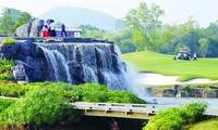 Các golfer tham dự thử thách ở hố 19 góp phần gây quỹ cho Quỹ Hỗ trợ tài năng trẻ Việt Nam ảnh: Mạnh Thắng