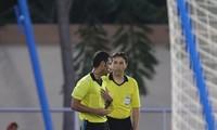 Trọng tại Habib trao đổi với trợ lý khi bắt lỗi thủ môn Thái Lan di chuyển trước khi Tấn Sinh sút bóng
