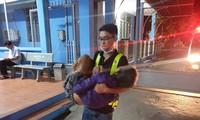 Lê Anh Tuấn cứu giúp một nạn nhân Ảnh: NVCC