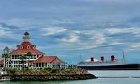 Tàu Queen Mary lịch sử (lớn hơn tàu Titanic) nay thành khách sạn - điểm du lịch nổi tiếng của thành phố cảng Long Beach