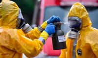 Tình trạng thiếu đồ dùng y tế như khẩu trang và găng tay khiến nhiều y bác sĩ đối diện với nguy cơ nhiễm bệnh ảnh: AP