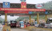 Dự án BOT tuyến đường Hòa Lạc – Hòa Bình từng bị tài xế tập trung phản đối, phải giảm phí, lùi thời hạn tăng phí theo hợp đồng ký với Bộ GTVT. Ảnh: Phạm Thanh