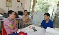 """Giám đốc Cường (đầu tiên bên trái) đang """"phỏng vấn tuyển dụng"""""""