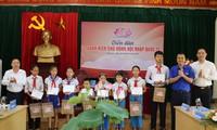Trao 10 suất học bổng cho 10 học sinh vượt khó học giỏi của Trường Tiểu học Làng Sen Ảnh: Thu hiền