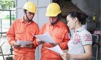 Công nhân EVNHANOI kiểm tra công tơ điện