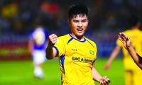 Đặng Văn Lắm ghi bàn giúp SLNA đánh bại Hà Nội trong trận đấu ở vòng 5 V-League