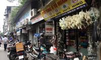 Hàng loạt cửa hàng thiết bị, phụ tùng ô tô tại chợ Trời Ảnh: Nguyễn Hoàn