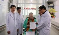 Bệnh nhân 91 nhận giấy xuất viện Ảnh: ngô bình
