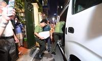 Cơ quan điều tra đưa một số đồ vật, hồ sơ ra khỏi nhà ông Nguyễn Đức Chung sau khi khám xét