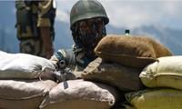 Một lính Ấn Độ làm nhiệm vụ ở biên giới trên dãy Himalaya ảnh: DPA
