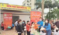 Liên đoàn Lao động tỉnh Bắc Ninh phối hợp với Giáo hội Phật giáo Việt Nam huy động 200 tấn gạo hỗ trợ công nhân lao động khó khăn trên địa bàn tỉnh trong dịp dịch COVID-19 ảnh: Cđvn