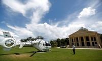 Một người đàn ông đứng cạnh chiếc trực thăng của UDG đậu trước một casino của khách sạn Dara Sakor ở Botum Sakor, tỉnh Koh Kong, Campuchia, tháng 6/2018 ảnh: Reuters
