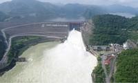 Do mưa lớn từ thượng nguồn, những ngày qua, Nhà máy Thủy điện Hòa Bình có thời điểm đã mở 2 cửa xả đáy để xả lũ. Ảnh: Văn Tiến