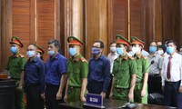 """Các bị cáo trong vụ xử sai phạm liên quan đến khu """"đất vàng"""" 8-12 Lê Duẩn (TPHCM) ảnh: tân châu"""