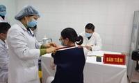 Nữ tình nguyện viên đầu tiên tiêm liều vắc-xin cao nhất ngừa COVID-19