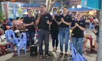 Anh Châu Thành Toàn và nhóm SV 07 hát xin tiền giúp người nghèo. Ảnh: NVCC