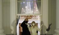 Tổng thống Joe Biden và đệ nhất phu nhân Jill Biden xem pháo hoa thắp sáng bầu trời từ Nhà Trắng, tối 20/1 tại Washington ảnh: AP