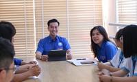 TS.BS Phạm Lê Duy (ngồi giữa) luôn truyền cảm hứng tới sinh viên qua các hoạt động Đoàn Ảnh: U.P