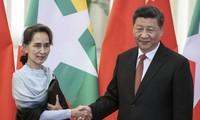 Chủ tịch Trung Quốc Tập Cận Bình đón Cố vấn nhà nước Myanmar Aung San Suu Kyi ở Bắc Kinh năm 2019 ảnh: AP