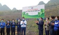 Bí thư Thường trực T.Ư Đoàn Bùi Quang Huy và các đại biểu khánh thành vườn cây thanh niên với 400 cây dổi Ảnh: Xuân Tùng