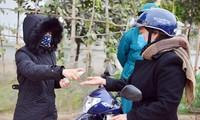 Các tổ COVID-19 trong cộng đồng kiểm soát người dân tại TP Chí Linh Ảnh: Nguyễn Hoàn