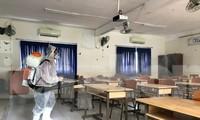 Trường THPT Nguyễn Du, quận 10, TPHCMkhử khuẩn trường lớp ngày 27/2 để chuẩn bị đón học sinh