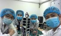 Nhóm kỹ sư của Trung tâm Vũ trụ Việt Nam bên vệ tinh NanoDragon Ảnh: Trung tâm Vũ trụ Việt Nam cung cấp